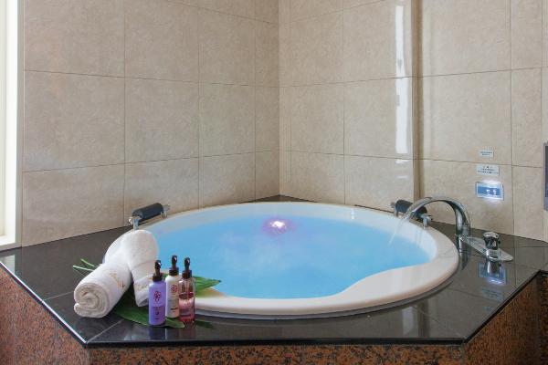 広い大型円形浴槽
